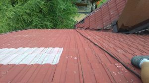 Malowanie dachów metodą alpinistyczną